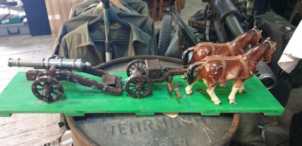 Pferdegespann mit Kanone Pferde sind aus Bakalit