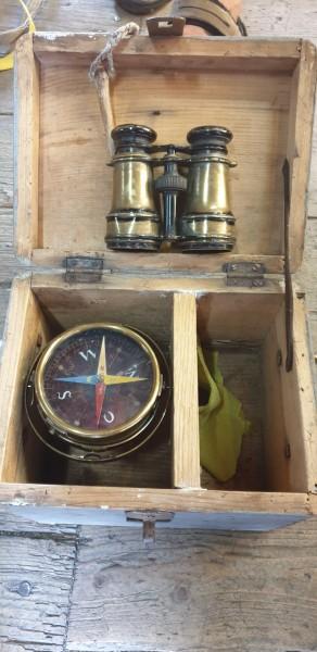 Seemannkiste mit Feldstecher und Kompass